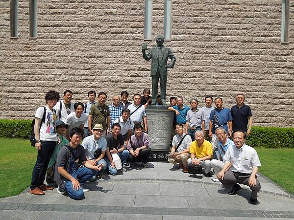 インスタントラーメンの発明者銅像前での記念写真